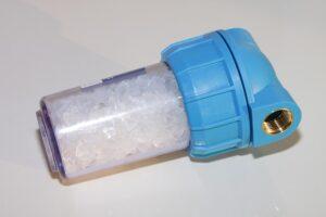 De nombreux adoucisseurs d'eau fonctionnent avec du sel.
